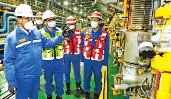 포스코 최정우 포스코 회장(왼쪽)이 지난달 포항제철소에서 시설을 점검 하고 있다. 포스코 제공.
