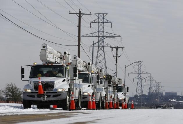 16일 대규모 정전이 일어난 텍사스에서 관계자들이 전력망 점검 작업을 하고 있다.  /사진=EPA
