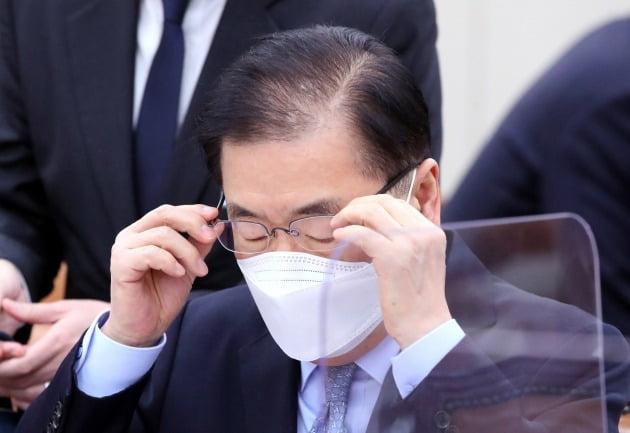 정의용 외교부 장관이 18일 국회 외교통일위원회 전체회의에 참석해 안경을 고쳐쓰고 있다.  /뉴스1
