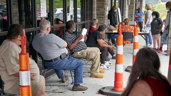 미국 네브래스카주에서 사람들이 실업수당을 청구하기 위해 기다리고 있다. AP연합뉴스