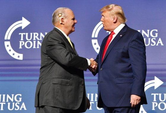 도널드 트럼프(오른쪽) 전 대통령의 정치적 동료였던 미국 보수 논객 러시 림보가 별세했다. [사진=AP 연합뉴스]