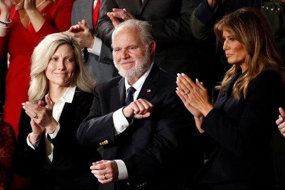 러시 림보(가운데)가 멜라니아 트럼프(오른쪽)과 국회 국정 연설을 듣고 있다. 맨 왼쪽은 러시 림보의 부인 캐서린 림보. [사진=AP 연합뉴스]