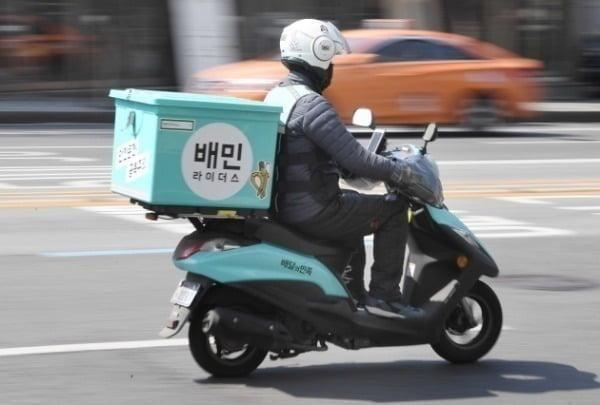 """배달의민족(배민)을 운영하는 김봉진 우아한형제들 의장의 기부 소식이 알려지자 일부 자영업자들 사이에서는 """"씁쓸하다""""는 목소리가 나오고 있다./사진=한국경제DB"""