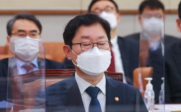 박범계 법무부 장관이 18일 오전 국회에서 열린 법제사법위원회 전체회의에서 생각에 잠겨있다. 사진=뉴스1