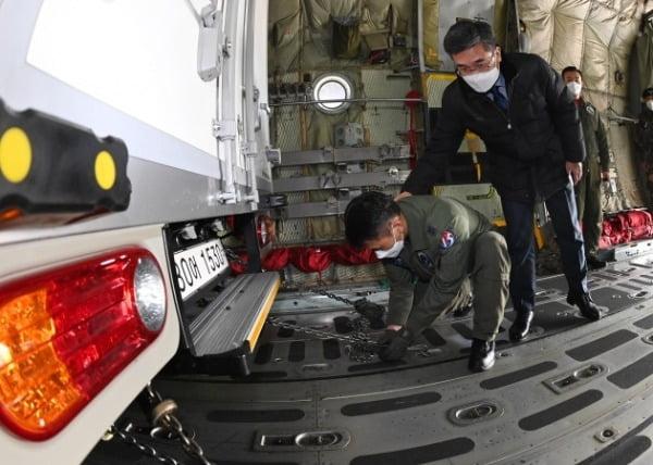 서욱 국방부 장관이 19일 경기 성남시 서울공항에서 열린 백신 유통 제2차 범정부 통합 모의훈련에서 아스트라제네카(AZ)사 백신을 실은 트럭을 공군 수송기 C-130 탑재하는 과정을 점검하고 있는 모습./ 연합뉴스