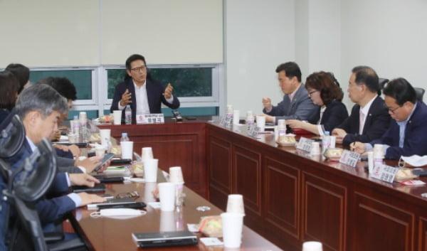 지난해 6월 당시 미래통합당(국민의힘 전신) 초선 의원들이 국회 의원회관에서 '명불허전 보수다' 공부 모임에 참석, 정병국 전 의원의 강의를 듣고 있다. /사진=연합뉴스