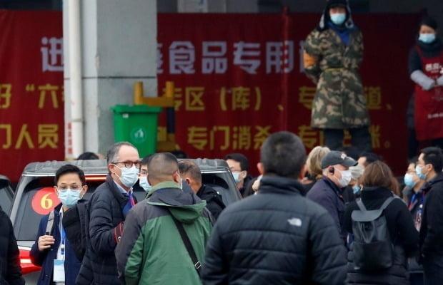 중국 우한의 화난 수산시장을 방문한 WHO 조사팀/사진=REUTERS