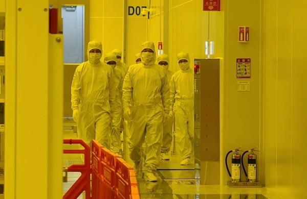 현재 건설 중인 평택2공장 EUV 라인을 점검 중인 삼성전자 반도체 경영진. 삼성전자 제공