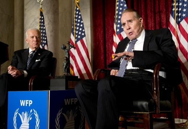 민주당 소속인 조 바이든 미국 대통령(왼쪽)과 공화당 소속인 밥 돌 전 상원의원(오른쪽) [사진=AP연합뉴스]