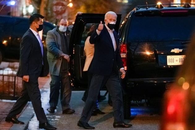 조 바이든 미국 대통령이 밥 돌 전 상원의원에 대해 엄지손가락을 치켜세웠다. [사진=로이터 연합뉴스]