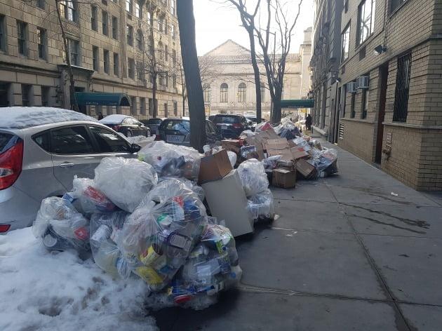 최근 겨울 폭풍이 닥친 후 도시가 마비되다시피 하면서 미국 뉴욕 맨해튼의 거리에 생활 쓰레기가 쌓여 있다. 뉴욕=조재길 특파원