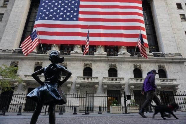 미국 국채 10년물 수익률이 가파르게 오르면서 뉴욕증시가 주춤하기 시작했다. 사진은 뉴욕 월스트리트의 뉴욕증권거래소 모습. 뉴욕=조재길 특파원