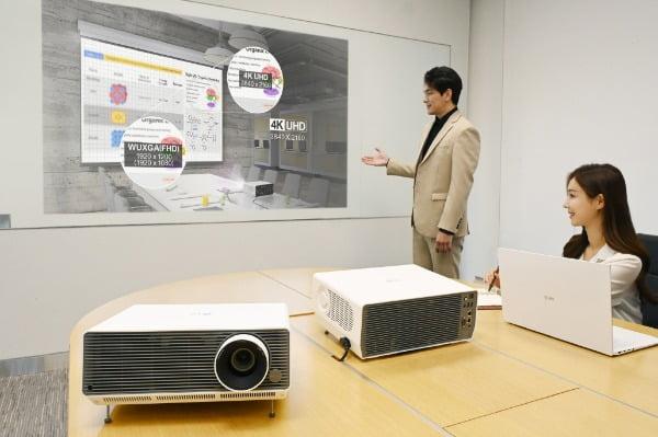 LG전자가 비즈니스 프로젝터 'LG 프로빔' 신제품 2종을 국내에 출시하며, 상업용 프로젝터 시장을 적극 공략한다. 신제품은 밝고 선명한 대화면은 물론, 무선 연결, 화면 자동 맞춤 등 다양한 편의 기능까지 탑재했다. 모델이 'LG 프로빔' 신제품을 소개하고 있다/사진제공=LG전자