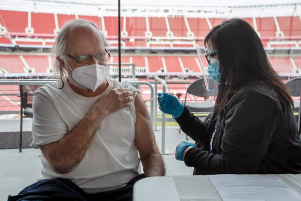 미국 캘리포니아주 샌타클래라의 리바이스 스타디움에 마련된 신종 코로나바이러스 감염증(코로나19) 백신 접종소에서 9일(현지시간) 앤드루 블래쉬란 이름의 84세 노인이 백신을 맞고 있다. 사진=AP 연합뉴스