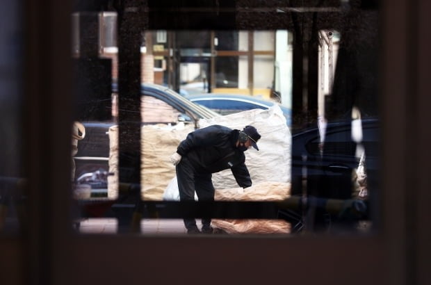 사진은 서울 시내 한 아파트 단지에서 근무 중인 경비원 모습. 사진=연합뉴스