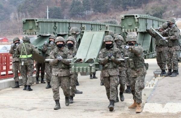 지난 5일 오전 강원 인제군에서 육군 3공병여단 장병들이 간편조립교 철거 작전을 진행하고 있는 모습./ 연합뉴스
