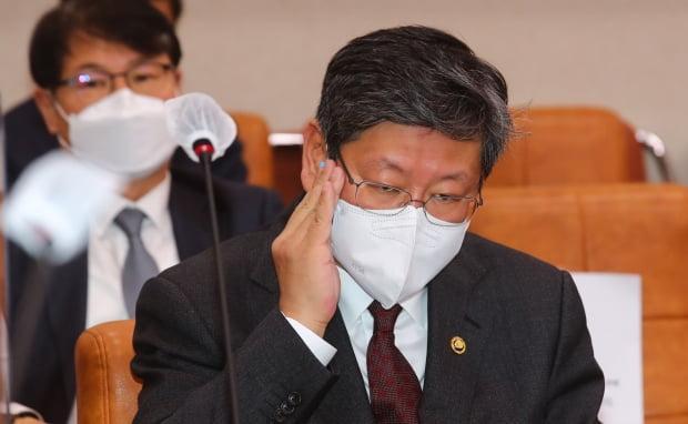 이용구 법무부 차관이 22일 오전 국회에서 열린 법제사법위원회 전체회의에 참석해 땀을 닦고 있다. 사진=신경훈 기자 khshin@hankyung.com