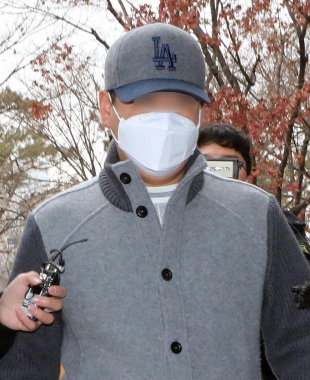 경기 김포에서 아파트 경비원을 폭행해 중상을 입힌 30대 중국인 남성이 1월 21일 오전 구속 전 피의자 심문(영장실질심사)를 받기 위해 인천지법 부천지원에 들어서고 있다. 사진=뉴스1