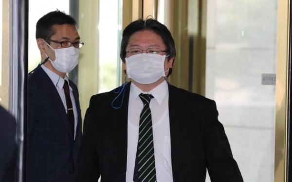 일본 정부가 독도 영유권 주장을 되풀이한 것과 관련해 초치된 소마 히로히사 주한 일본 총괄공사가 22일 외교부 청사에 들어서고 있다./ 연합뉴스