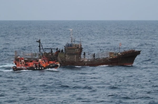 서해안에서 불법조업하는 중국어선을 단속하는 중부해경청 소속 대원들. 중부해경청