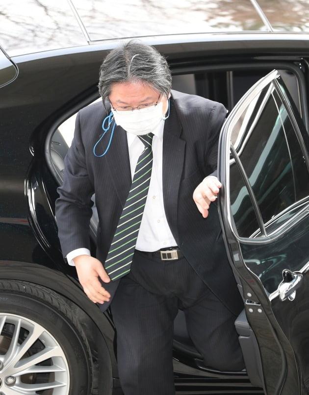 다케시마 행사를 강행한 것과 관련 초치 된 소마 주한 일본 총괄공사가 22일 외교부 청사에 도착해 차에서 내리고 있다. 2021.2.22 [사진=연합뉴스]
