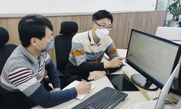 LG전자가 올해부터 본격적으로 협력사가 '로봇프로세스자동화(RPA)'를 도입할 수 있도록 지원한다. LG전자 RPA 전문가가 협력사 직원을 대상으로 RPA 노하우를 전수하고 있다/사진제공=LG전자