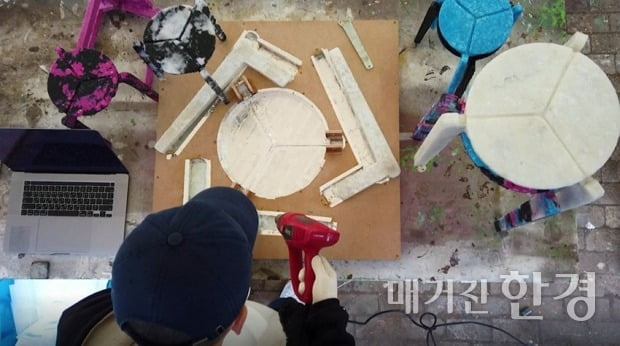 의자 제작 틀에 마스크를 녹이는 과정. (사진 제공=김하늘 디자이너)