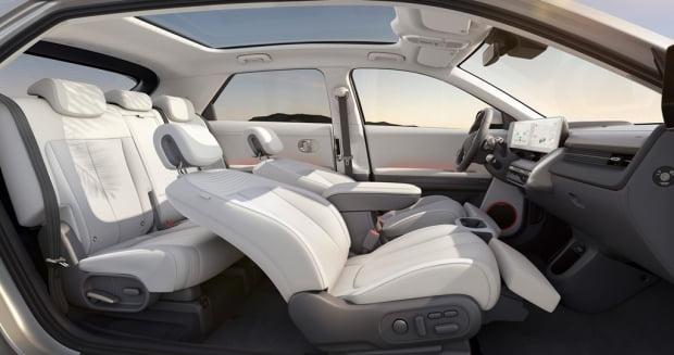 아이오닉 5에는 앞좌석 릴렉션 컴포트 시트와 전동 슬라이딩이 가능한 뒷좌석 시트가 적용된다. 사진=현대차
