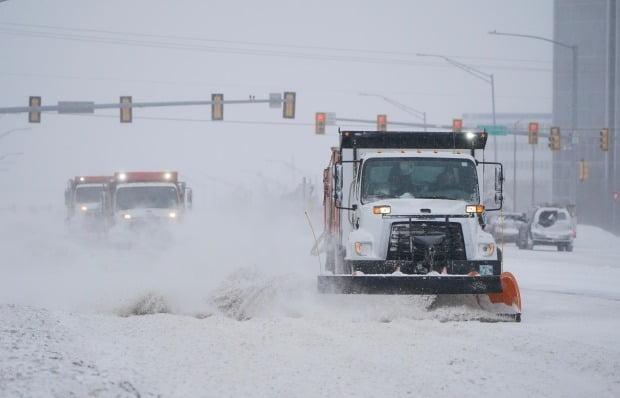 '겨울 폭풍'으로 폭설 내린 도로 정리하는 미 제설 차량 [사진=AP 연합뉴스]