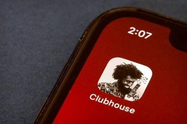 소셜 오디오 앱 클럽하우스(클하) 초대장을 사고파는 행위가 중고 거래장터에서 활발하게 이뤄지고 있는 가운데, 해당 제품은 '판매 금지 제품'으로 명시돼있어 이용자들의 주의가 요구된다./사진=AP