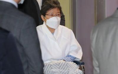 박근혜, 벌금 215억 중 1원도 안 내…이명박은?