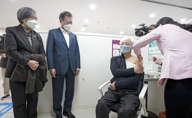 문재인 대통령이 지난 26일 서울 마포구 보건소를 찾아 아스트라제네카 코로나19 백신 접종 모습을 지켜보고 있다. / 사진=청와대 사진기자단