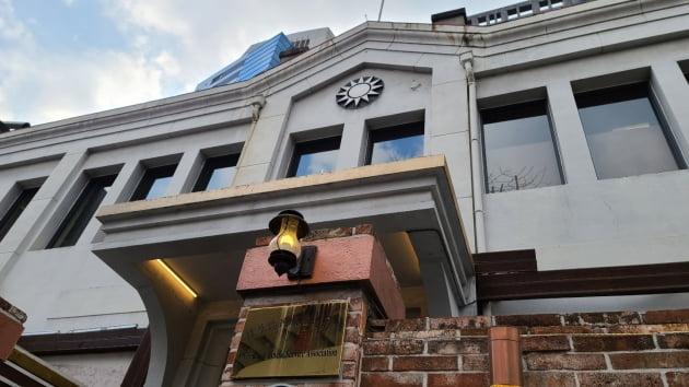 """""""나는 중국인"""" 쯔위 사과하게 만든 대만 국기가 中 대사관앞에? [송영찬의 디플로마티크]"""