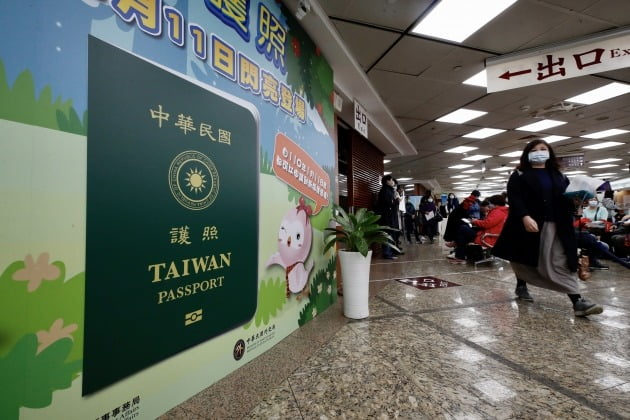 대만 타이베이에서 지난달 시민들이 새 여권을 발급받기 위해 대기 중이다. 새 여권은 기존 여권 표지에 있는 중화민국의 영문 이름 'REPUBLIC OF CHINA'를 축소해 국기 휘장 주변에 배치하고, 기존의 'TAIWAN' 글자를 확대 표기했다./ 연합뉴스