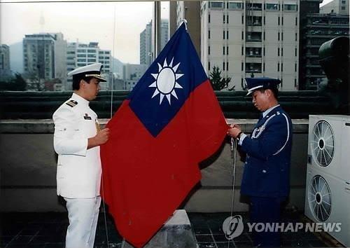1992년 8월 한중수교로 철수하게 된 서울 명동 대만대사관의 직원들이 대만국기인 청천백일기를 내리고 있다./ 연합뉴스