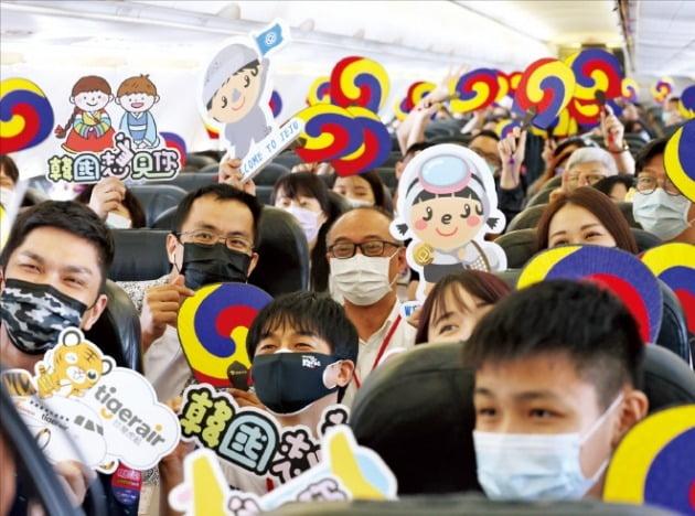 지난해 9월 한국관광공사와 대만 여행사의 제휴로 대한 관광객 120명이 '무착륙 한국여행'을 즐기는 모습. 이들은 제주도 상공을 돌며 치맥을 먹고 대만으로 돌아갔다./ 사진=한국관광공사