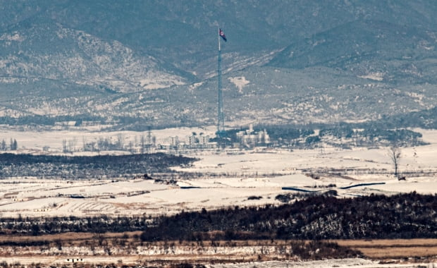 지난 4일 경기 파주시 오두산통일전망대에서 바라본 북한 황해북도 기정동 마을에 인공기가 휘날리고 있다./ 뉴스1