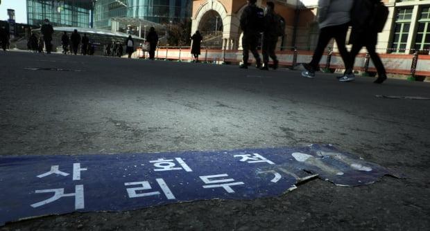 18일 서울 한 임시선별진료소 바닥에 붙은 거리두기 안내문이 낡은 모습이다. 사진=연합뉴스