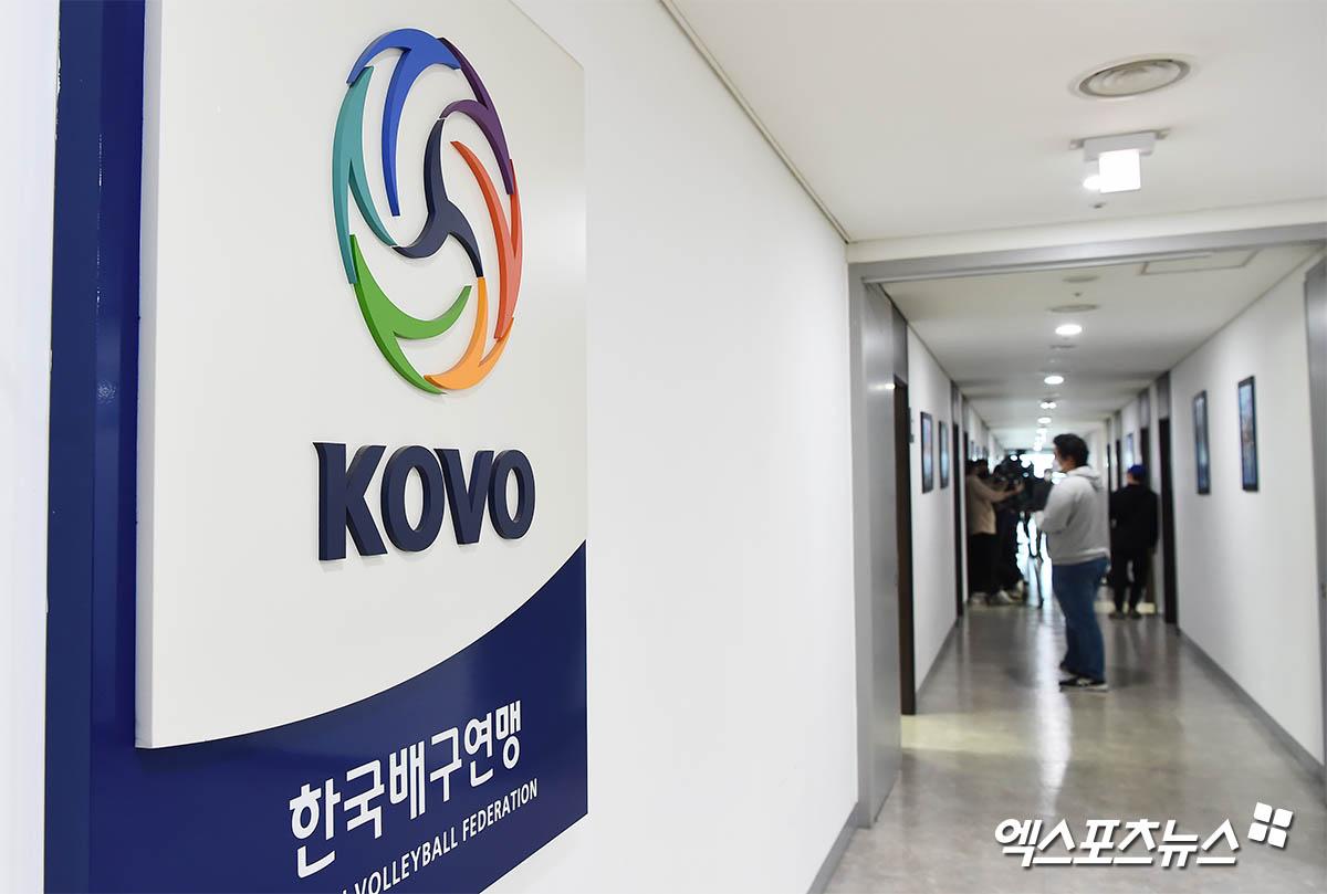 한국배구연맹 학폭 비상대책회의에 몰린 취재진[포토]