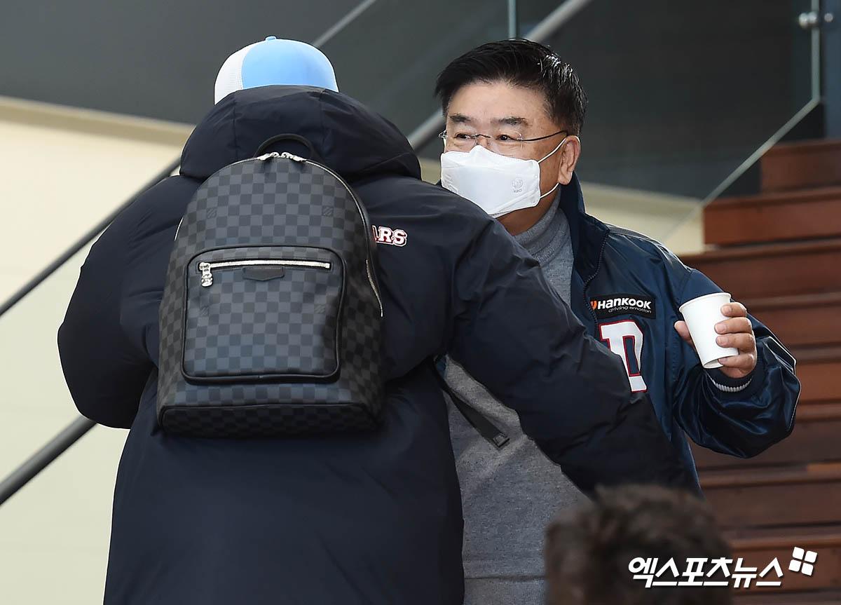 김태룡 단장 '페르난데스와 반갑게 포옹'[포토]