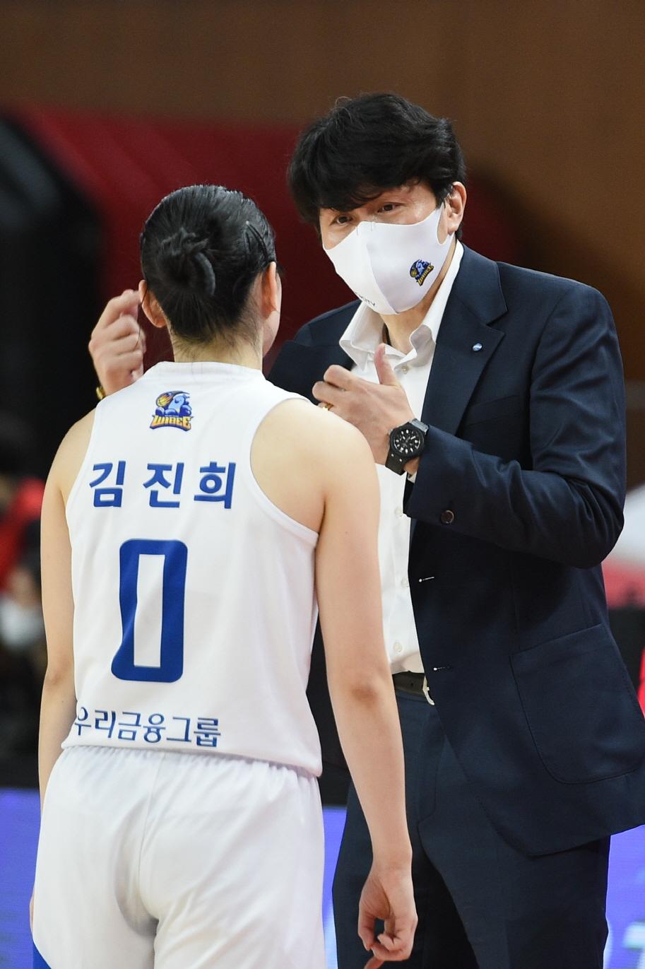 """[우리은행 정규리그 우승] 위성우 감독 """"김진희 홍보람 없었다면 우승 어려웠다"""""""