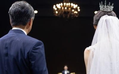 """""""결혼식 혼주석에 친아빠·새아빠 중 누가?"""""""