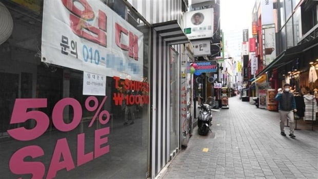 서울 명동거리에 임차인을 구하는 공실 상가들이 줄지어 있다./자료=한경DB