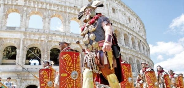 로마의 조세제도는 정복지에 소득의 10%인 데시마라는 속주세를 물렸다. 로마에 있는 콜로세움(원형경기장) 앞에서 로마군인 차림을 한 시민들이 로마제국 건국 기념 행사를 열고 있다.  한경DB