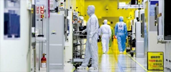 삼성전자 DS(반도체부품)부문 직원들이 경기 화성 반도체공장 클린룸에서 반도체 생산 장비를 점검하고 있다.  삼성전자 제공