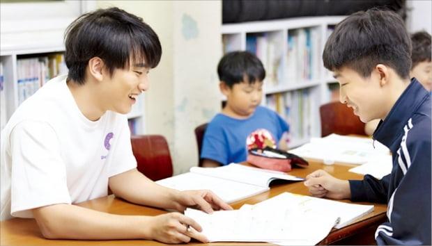 GIST 재학생이 광주의 한 아동센터에서 교과목 수업을 하고 있다. 지역 아동센터에서 영어와 수학 등을 가르치는 배움마당은 GIST의 대표 사회공헌활동이다.  GIST 제공