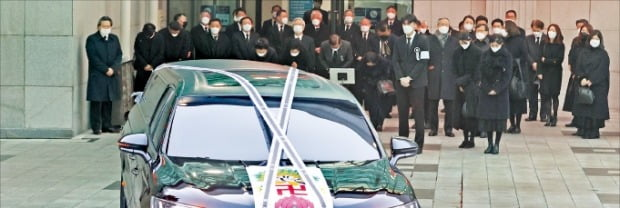 3일 서울아산병원에서 정상영 KCC 명예회장의 발인식이 열렸다. 가족과 친지의 배웅 속에 운구차가 빈소를 떠나고 있다.  /연합뉴스