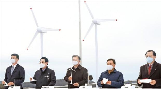 문재인 대통령이 5일 전남 신안 임자2대교에서 열린 '세계 최대 해상풍력단지 48조원 투자협약식'에서 풍력발전기 모형을 들어보이고 있다.  /신안=허문찬 기자 sweat@hankyung.com