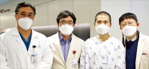 강준규 가톨릭대 은평성모병원 흉부외과 교수(왼쪽 첫 번째)가 확장성 심근병으로 1년 넘게 투병하던 서민환 씨(38·세 번째)에게 심장 이식을 성공했다. 은평성모병원 제공