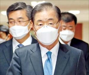 < 국무회의 참석 > 정의용 외교부 장관이 9일 정부서울청사에서 열린 화상 국무회의에 참석하기 위해 걸어가고 있다. 뉴스1